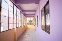 Tom rak passage eller korridor på högskolan royaltyfri bild