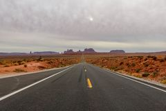 Tom rak väg som leder till monumentdalen, Utah som är bekant som Forrest Gump Point royaltyfri foto