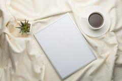 Tom ram på sängbakgrunden Begreppsinskrifter för text som annonserar, stilsorter arkivfoto