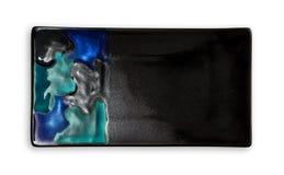 Tom rektangulär platta, svart keramikplatta med den färgrika modellen, sikt från över som isoleras på vit bakgrund royaltyfri fotografi