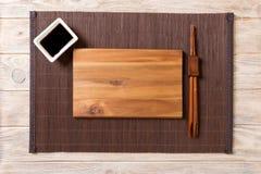 Tom rektangulär träplatta med pinnar för sushi och soya på träbakgrund B?sta sikt med kopieringsutrymme fotografering för bildbyråer