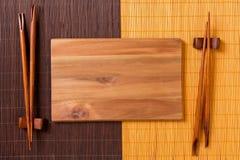 Tom rektangulär träplatta med pinnar för sushi och soya på träbakgrund B?sta sikt med kopieringsutrymme royaltyfria bilder