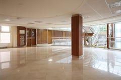 Tom rymlig och ljus korridor i MGIMO Arkivbild