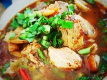 Tom Sap Moo o sopa picante con cerdo en Tailandia Imagenes de archivo