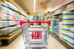 Tom shoppingvagn i supermarket Arkivfoto