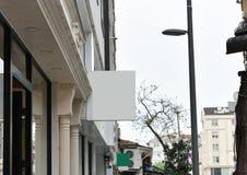 Tom signboard f?r meddelande- och f?retagslogo Modellskylt royaltyfria bilder