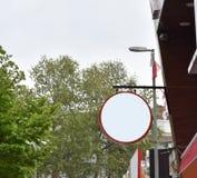 Tom signboard f?r meddelande- och f?retagslogo Modellskylt royaltyfri foto