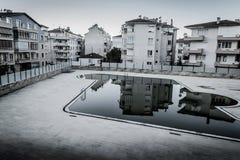 Tom simbassäng i den Cinarcik staden - Turkiet Royaltyfria Foton