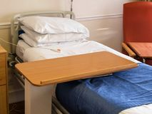 Tom sjukhussäng i privat rum arkivfoto