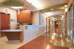 Tom sjuksköterskastation och korridor i modernt sjukhus Arkivbilder