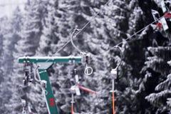 Tom skidliftkabel i en skidasemesterort Royaltyfri Bild