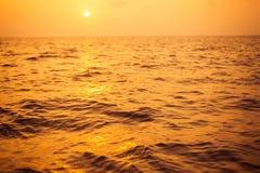 Tom solnedgånghavsbakgrund Horisont med himmel- och vitsandstranden arkivbild