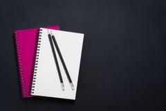 Tom spiralanteckningsbok och blyertspenna Royaltyfri Bild