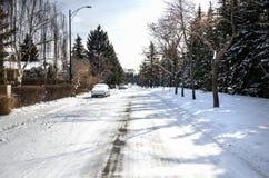Tom stads- väg som täckas i snö på en kalla Sunny Winter Day Royaltyfri Fotografi