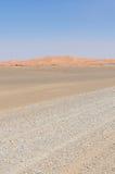 Tom stenig ökenväg till erget Chebbi i den marockanska Sahara, Afrika Royaltyfria Foton