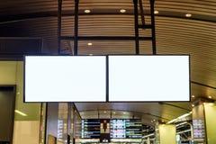 Tom stor affischtavlaadvertizing som hänger på stationen arkivfoton