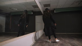 Tom studio för dansgrupper Hon repeterar Hon fokuseras mycket, och satt en klocka på, kräver denna en dans Hon repeterar lager videofilmer