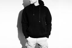 Tom svart hoodie, tröja, åtlöje som isoleras upp Vanlig hoody de stock illustrationer
