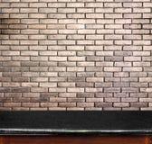 Tom svart marmortabell- och vittegelstenvägg i bakgrund pro fotografering för bildbyråer