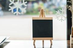 Tom svart tavla på den wood tabellen Royaltyfri Foto
