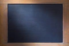 Tom svart tavlabakgrund med träramen Royaltyfria Bilder
