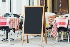 Tom svart tavlamodell för meny på gatan Royaltyfria Bilder