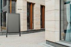 Tom svart utomhus- banerställning bredvid ljus modern byggnad, tolkning 3d royaltyfri bild
