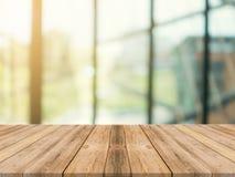 Tom tabellöverkant för träbräde på av suddig bakgrund Brun wood tabell för perspektiv över suddighet i coffee shopbakgrund royaltyfria foton