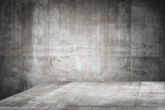 Tom tabellöverkant som är klar för produktskärmmontage; cementtabell- och grå färgcementbakgrund arkivfoton