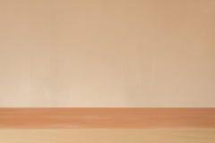 Tom tabell för träbräde framme av cementväggbakgrund - ca royaltyfria bilder