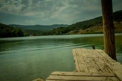Tom tabell perspektivför träbräde framme av naturbakgrund med berget och sjön Royaltyfri Bild