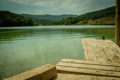 Tom tabell perspektivför träbräde framme av naturbakgrund med berget och sjön Arkivbild