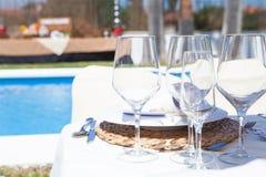 Tom tabell som ses från sida på terrass av restaurangen royaltyfri bild