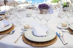 Tom tabell som ses fr?n sida p? terrass av restaurangen royaltyfria foton