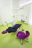 Tom tand- klinik. Stol och drill för tandläkare Arkivbild