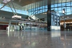 tom terminal för flygplatskontroll Arkivfoto