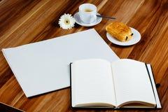 Tom tidning, anteckningsbok, espresso och giffel royaltyfri bild