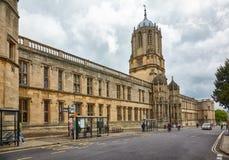 Tom Tower e Tom Quad na rua do St o Aldate Universidade de Oxford inglaterra imagens de stock royalty free