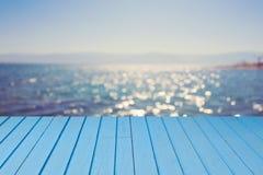 Tom träblåtttabell över havsbokehbakgrund tropisk sommar för bakgrundsferieaffisch royaltyfri bild