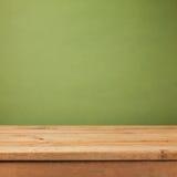 Tom trädäcktabell över grön tapetbakgrund Åtlöje för produkt annonserar upp royaltyfri fotografi