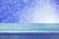 Tom trädäcktabell med vinterbokehbakgrund Ordna till för produktskärmmontage vita röda stjärnor för abstrakt för bakgrundsjul mör royaltyfri fotografi