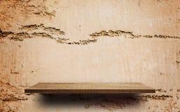 Tom trähylla på den spruckna bruna cray väggen Royaltyfri Foto