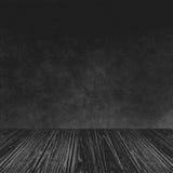 Tom träperspektivplattform med abstrakt textur för bakgrund för Grungesvartvägg som används som mall för att förlöjliga upp för s Royaltyfri Foto