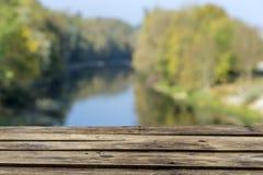 Tom träplankaterrass över Green River och skogbakgrund - naturprodukten, annonserar begrepp royaltyfria foton