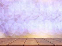 Tom trätabellöverkant med abstrakt suddig belysningbakgrund Arkivbilder