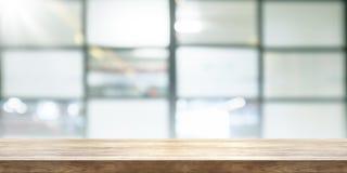 Tom trätabellöverkant med bakgrund för suddighetscoffeeshopfönster, p royaltyfri fotografi