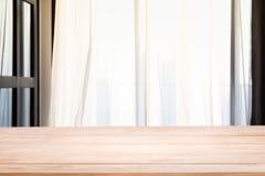 Tom trätabellöverkant med Defocused av gardinfönstret i vardagsrum med solljus royaltyfri fotografi