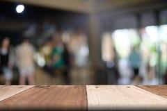 Tom trätabellöverkant med den suddiga restaurangen, abstrakt begrepp Royaltyfri Fotografi