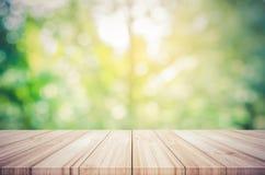 Tom trätabellöverkant med suddig grön naturlig abstrakt backg Fotografering för Bildbyråer
