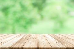 Tom trätabellöverkant med suddig grön naturlig abstrakt backg Royaltyfri Foto